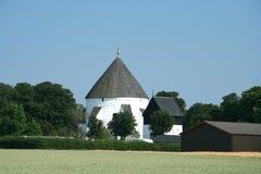 Chiesa e campo Immagine Stock