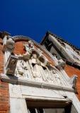 Chiesa e casa con il cielo meraviglioso Immagini Stock