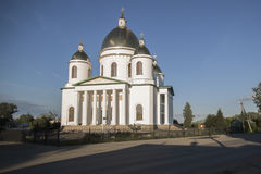 Chiesa e cielo blu bianchi Immagini Stock Libere da Diritti