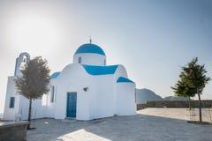 Chiesa e cielo blu dell'isola di Nysiros Immagine Stock