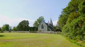Chiesa e cielo blu della campagna fotografie stock