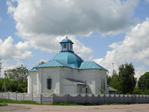 Chiesa e cielo con i cloudes Fotografia Stock Libera da Diritti