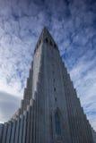 Chiesa e cielo drammatico Fotografia Stock