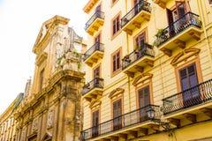 Chiesa e costruzioni a vecchia Palermo, Italia immagine stock