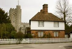 Chiesa e cottage in villaggio Immagini Stock
