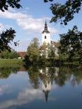 Chiesa e fiume (Slovenia) immagine stock