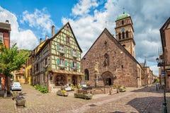 Chiesa e fontana trasversali sante in Kayserberg, Francia Immagine Stock