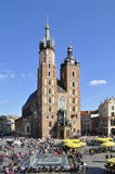 Chiesa e la gente della st Mary. Quadrato del mercato a Cracovia Fotografia Stock