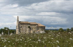 Chiesa e Meadow Le Meillac Gours Fotografie Stock Libere da Diritti