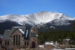Chiesa e montagna Fotografia Stock