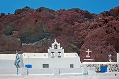 Chiesa e montagne rosse di Akrotiri, Santorini, Grecia Immagini Stock Libere da Diritti