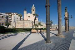 Chiesa e plaza di parrocchia Immagine Stock Libera da Diritti