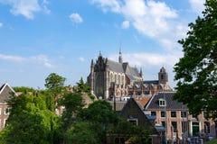 Chiesa e tetti del kerk di Hooglandse a Leida fotografie stock libere da diritti