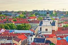 Chiesa e tetti di Spirito Santo in vecchia città a Vilnius Immagine Stock