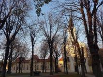 Chiesa ed alberi in grande parco Fotografie Stock Libere da Diritti