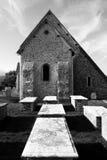 Chiesa ed iarda della tomba in Bishopstone, Sussex orientale, Kingdo unito Immagini Stock