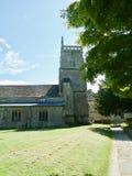 Chiesa ed il prato inglese immagini stock