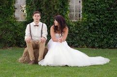 Chiesa esterna d'annata della sposa e dello sposo dei pantaloni a vita bassa del Hillbilly Fotografia Stock