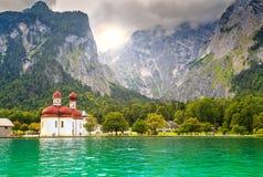 Chiesa famosa della st Bartholoma con il lago alpino Konigsee, Baviera, Germania Fotografia Stock Libera da Diritti