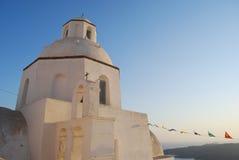 Chiesa in Fira Santorini al crepuscolo Immagini Stock