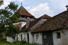 Chiesa fortificata medievale del sassone in Ungra, la Transilvania Immagini Stock