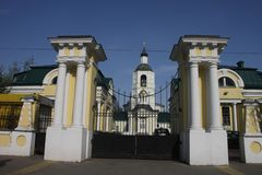 Chiesa fuori dei portoni della proprietà terriera russa fotografie stock libere da diritti
