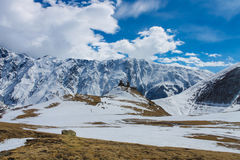 Chiesa georgiana sulla vista di inverno della montagna Fotografie Stock