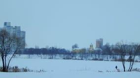 Chiesa gialla in una città di inverno Fotografia Stock Libera da Diritti