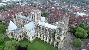 Chiesa gotica inglese St Peter di Metropolitical della cattedrale di stile dell'Inghilterra Yorkshire York o York Minster stock footage