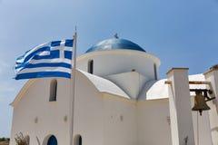Chiesa greco ortodossa con la bandiera nazionale in Pafo, Cipro fotografia stock