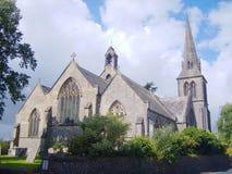 Chiesa impressionante del paese con un cielo nuvoloso blu immagine stock libera da diritti