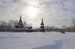 Chiesa innevata in Siberia immagine stock libera da diritti