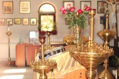 Chiesa interna con le candele e l'altare Fotografie Stock