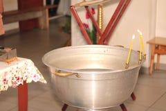 Chiesa interna con le candele e l'altare Immagine Stock Libera da Diritti