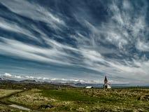 Chiesa islandese sotto i cieli nuvolosi Fotografia Stock Libera da Diritti
