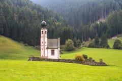 Chiesa isolata della st Johann un giorno di autunno Immagine Stock