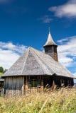 Chiesa Madde di legno con un prato di estate nella priorità alta Immagine Stock Libera da Diritti