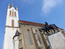 Chiesa medievale e un monumento in Keszthely, Ungheria Immagine Stock