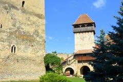 Chiesa medievale fortificata del sassone in Calnic, casa di TransylvaniTypical nel villaggio Calnic, la Transilvania Fotografia Stock Libera da Diritti
