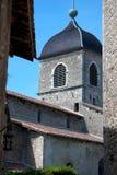 Chiesa medievale incorniciata con le vecchie costruzioni Fotografie Stock