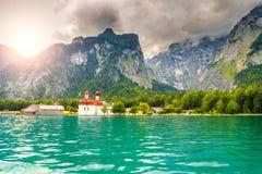 Chiesa meravigliosa della st Bartholoma con il lago alpino Konigsee, Baviera, Germania Fotografia Stock