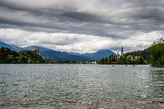 Chiesa in mezzo al lago sanguinato, Slovenia Fotografia Stock