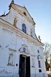 Chiesa misera di Christian Orthodox della vecchia povera pietra bianca antica con gli incroci immagine stock