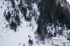 Chiesa in montagne coperte di neve e di foresta di inverno vicino a Mont Blanc Alpes, Italia Immagini Stock Libere da Diritti