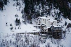 Chiesa in montagne coperte di neve e di foresta di inverno vicino a Mont Blanc Alpes, Italia Fotografie Stock Libere da Diritti