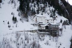 Chiesa in montagne coperte di neve e di foresta di inverno vicino a Mont Blanc Alpes, Italia Fotografia Stock