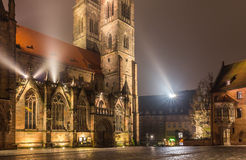 Chiesa nebbiosa di Sebaldus di notte della Norimberga-Germania Immagine Stock Libera da Diritti