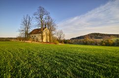Chiesa nei campi fotografie stock