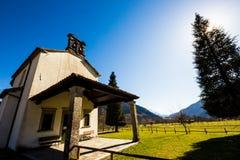 Chiesa nei prati delle alpi Immagine Stock