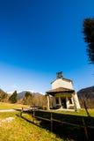 Chiesa nei prati delle alpi Fotografia Stock